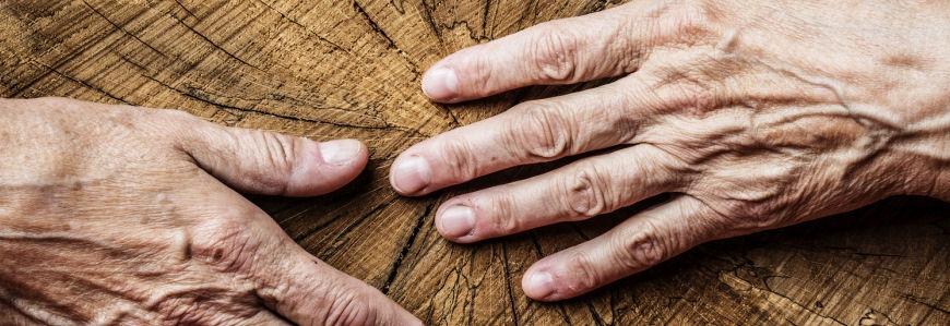 artikel billede - tør hud - to rynkede hænder