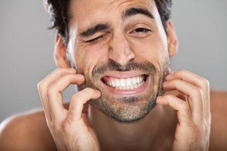 mand med kløende skæg