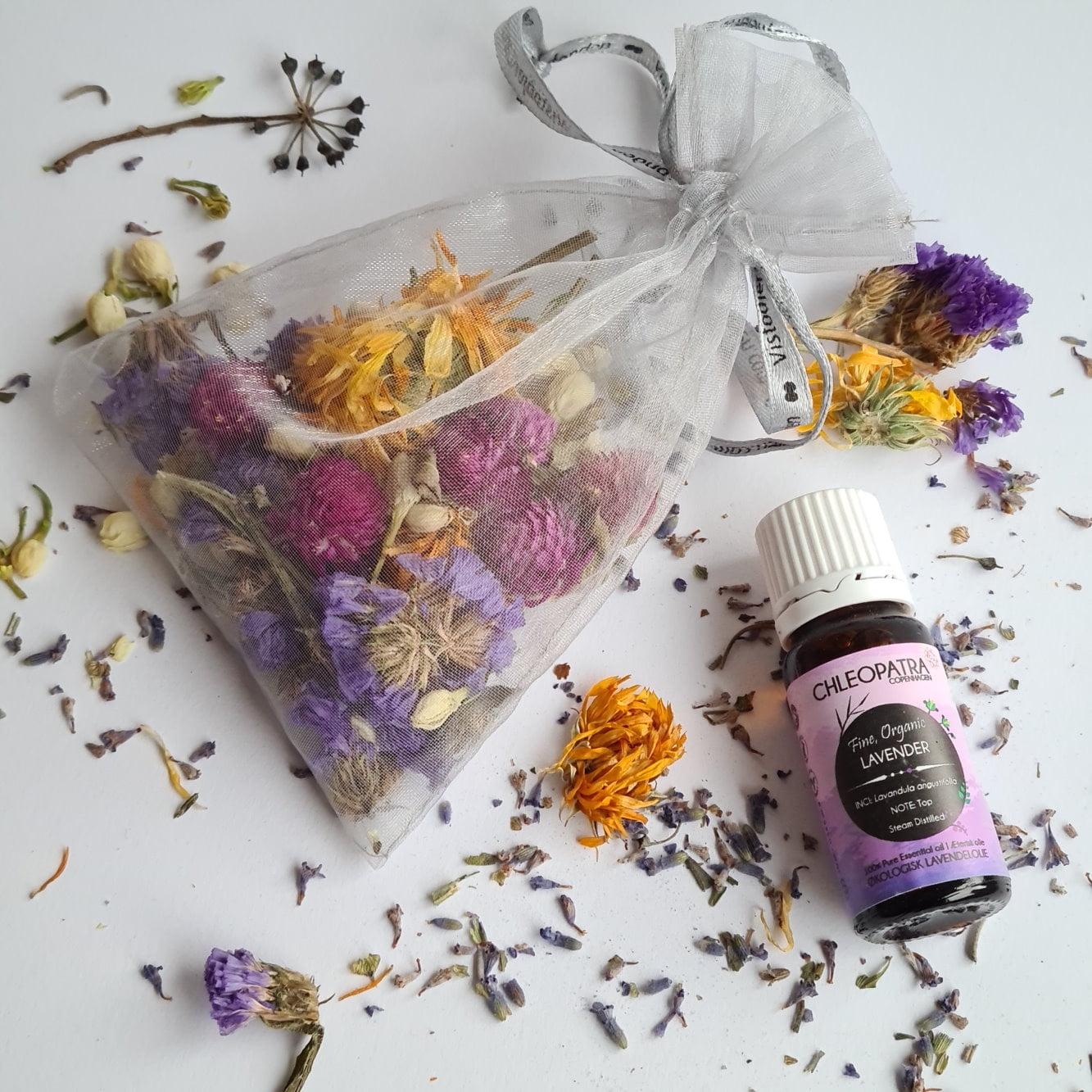 Få dit tøj til at dufte skønt ved brugen af en urtepose med tørrede blomster og lidt æterisk olie